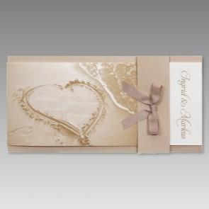 Hochzeitskarte mit Herzzeichnung am Sandstrand