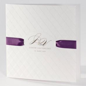Weiße Hochzeitskarte mit violettem Band und Perle