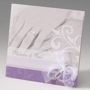 Hochzeitseinladung mit Schleife und Händen eines Brautpaares