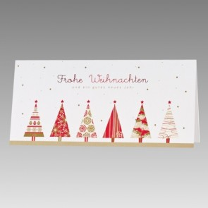 Weiße Weihnachtskarte mit bunten Weihnachtsbäumen
