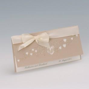 Romantische Einladung für die Hochzeit mit ausgestanzten Herzen