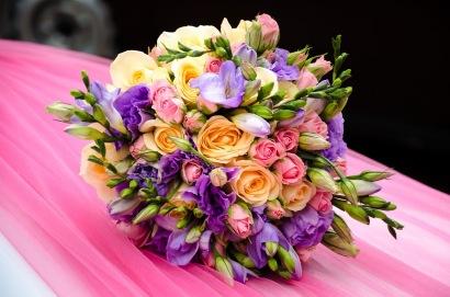 Brautstrauß mit verschiedenen Blumen