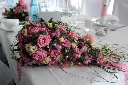 Toller Wasserfall-Brautstrauß mit rosa und weißen Rosen