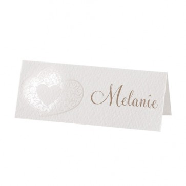 Namenskarte zur Hochzeit mit geprägtem Doppelherz