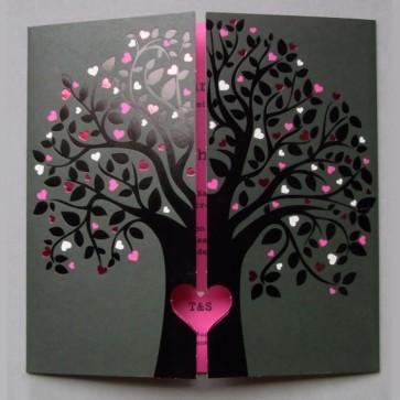Hochzeitseinladung: Liebesbaum mit vielen Herzen