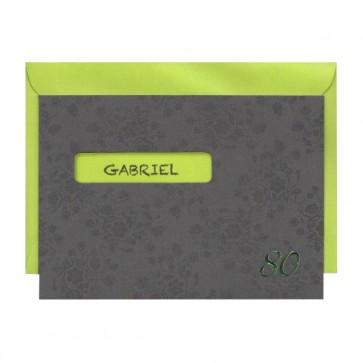 Graue Geburtstagseinladung mit grünem Kuvert