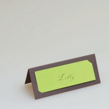 Braune Tischkarte mit grünem Einsteckschildchen