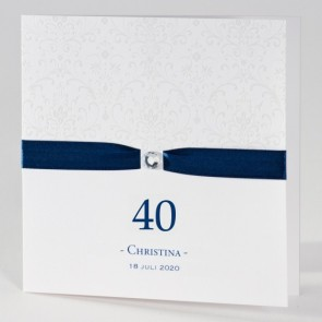 Anmutige Einladungskarte 40. Geburtstag in schlichtem Weiß mit blauem Band