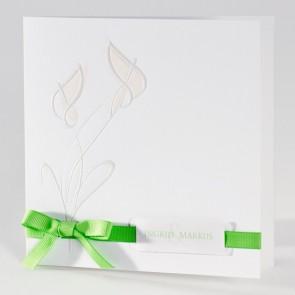 Moderne Hochzeitseinladung in weiß mit grünem Band