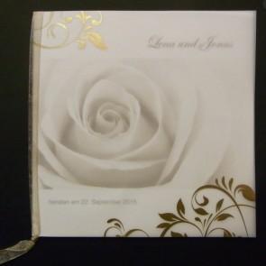Einladung zur Hochzeit mit Rose und Goldverzierung