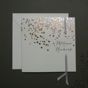 Hochzeitseinladung mit vielen romantischen Herzen