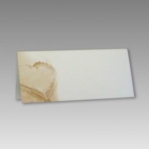 Namenskarte für Hochzeitsgäste mit Herz im Sand