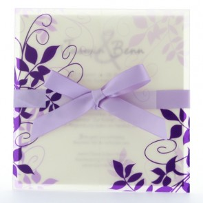 Einladungskarte zur Hochzeit mit violetten Ornamenten