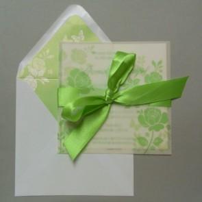 Hochzeitseinladung mit grüner Schleife und Blumen