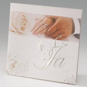 Hochzeitseinladungskarte mit den Händen des Brautpaares