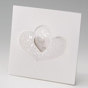 Ausgefallene Hochzeitseinladung mit ausgestanzten Herzen