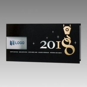 Schwarze Neujahrskarte: 2018 hängt am Kran