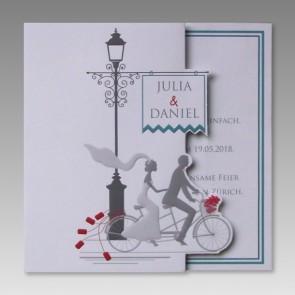 Humorvolle Einladungskarte Hochzeit mit Brautpaar auf Tandem