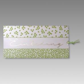 Moderne Geburtstagseinladung mit grünen Blättern