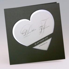 Hochzeitseinladungskarte mit eingestecktem Herz